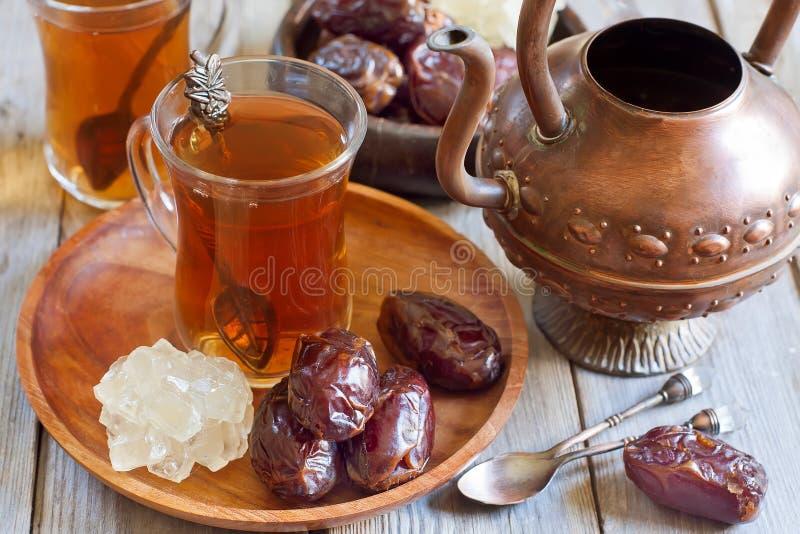 阿拉伯茶和日期 库存照片