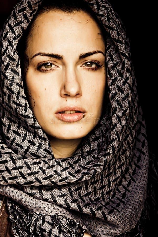 阿拉伯贯穿的妇女 免版税库存照片