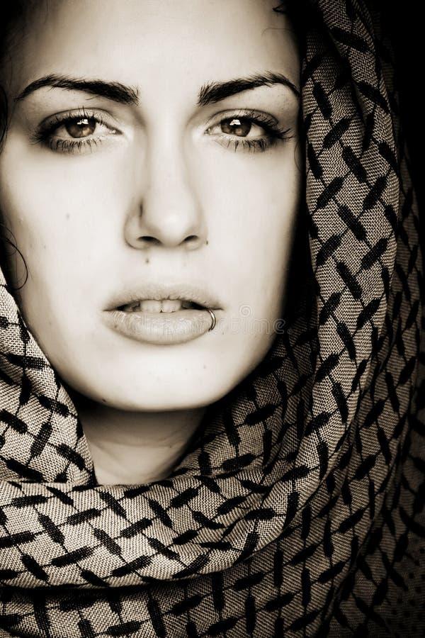 阿拉伯贯穿的妇女 免版税图库摄影
