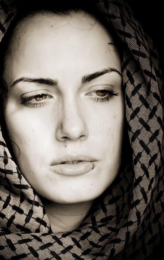 阿拉伯贯穿的妇女 库存图片