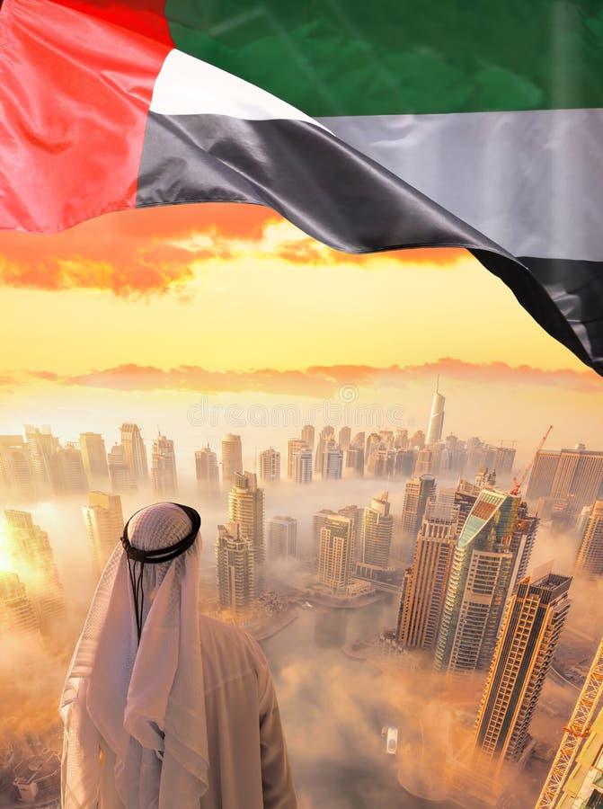 阿拉伯迪拜的人观看的都市风景有现代未来派建筑学的在阿联酋 免版税库存图片