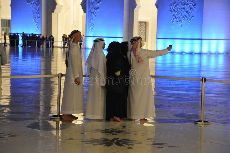 阿拉伯采取selfie的男人和妇女 库存照片