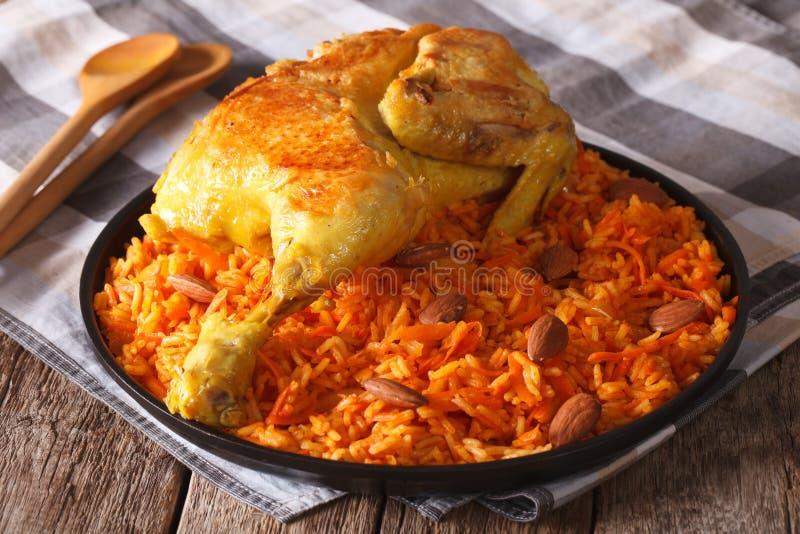 阿拉伯食物:与鸡和杏仁特写镜头的kabsa在板材 免版税库存图片