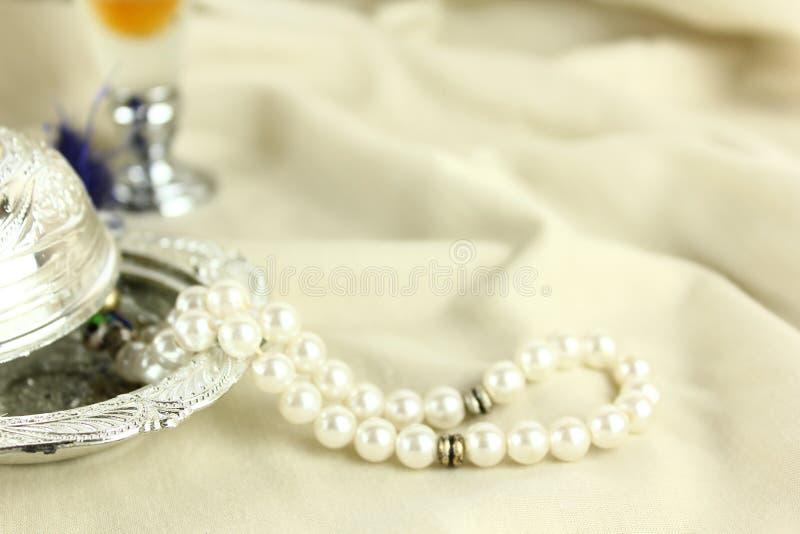 阿拉伯香水,珍珠masbah小珠,祷告,银色eid庆祝 图库摄影