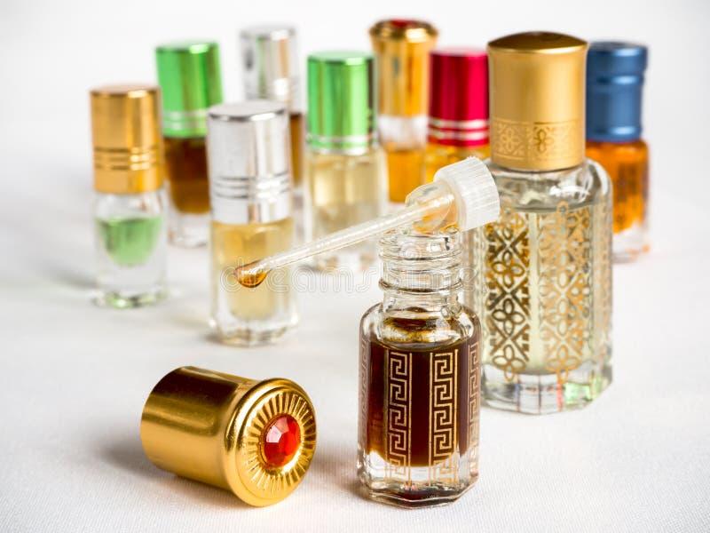 阿拉伯oud油射击在一个玻璃瓶子的 库存图片