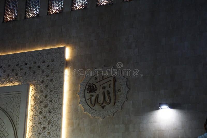 阿拉在清真寺墙壁上的回教calligraph istiqlal在雅加达印度尼西亚 库存照片