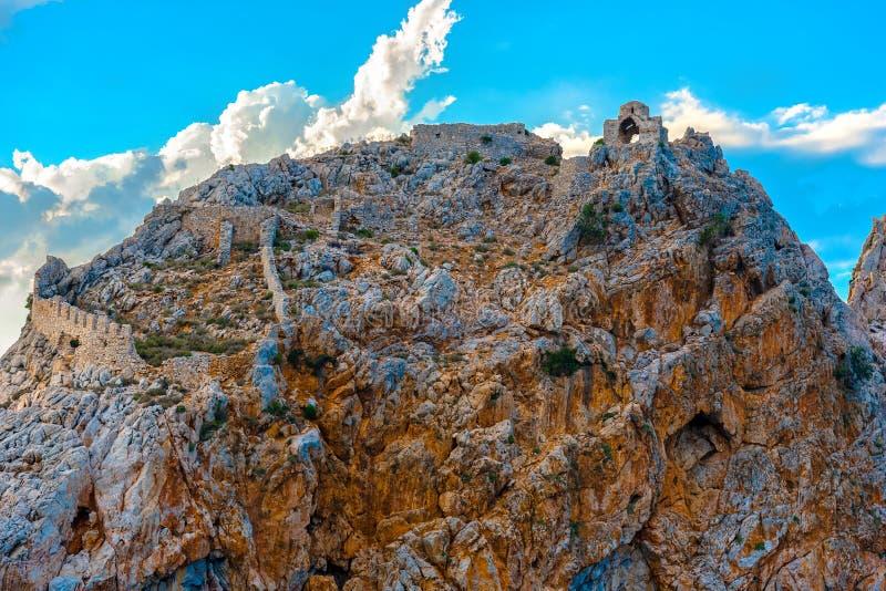 阿拉尼亚城堡废墟在岩石顶部的 免版税图库摄影