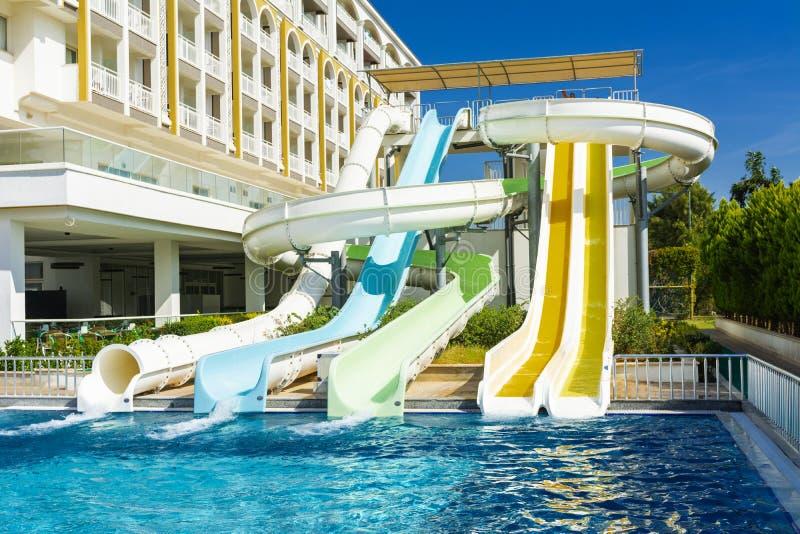 阿拉尼亚,土耳其- 2018年10月05日 一个小组年轻人是愉快在Kirman锡德拉豪华旅馆乘坐水滑道 ?treadled 库存图片