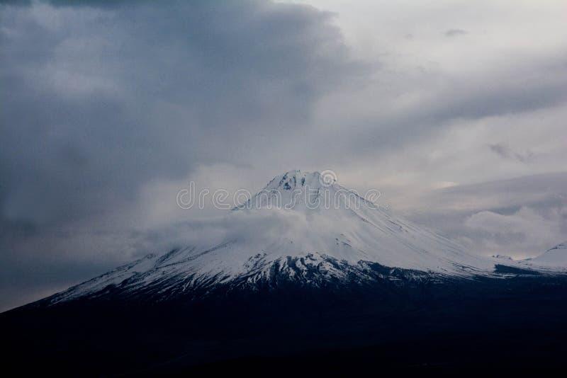 阿拉拉特山顶被雪覆盖 从亚美尼亚看 免版税库存图片