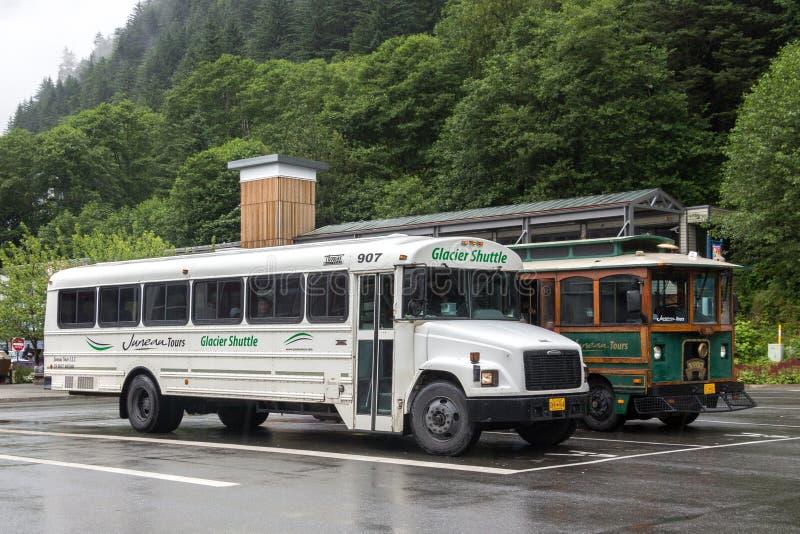 阿拉斯加冰川区间车被安置在巡航终端,朱诺的停车处 库存图片