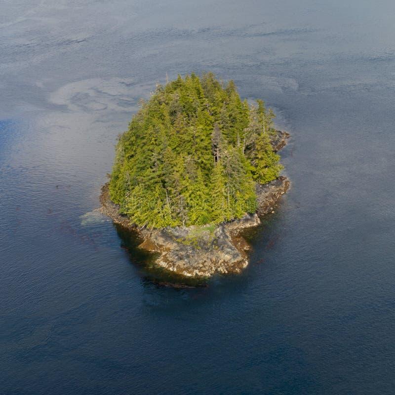 阿拉斯加威尔士亲王海岛鸟瞰图 免版税库存照片