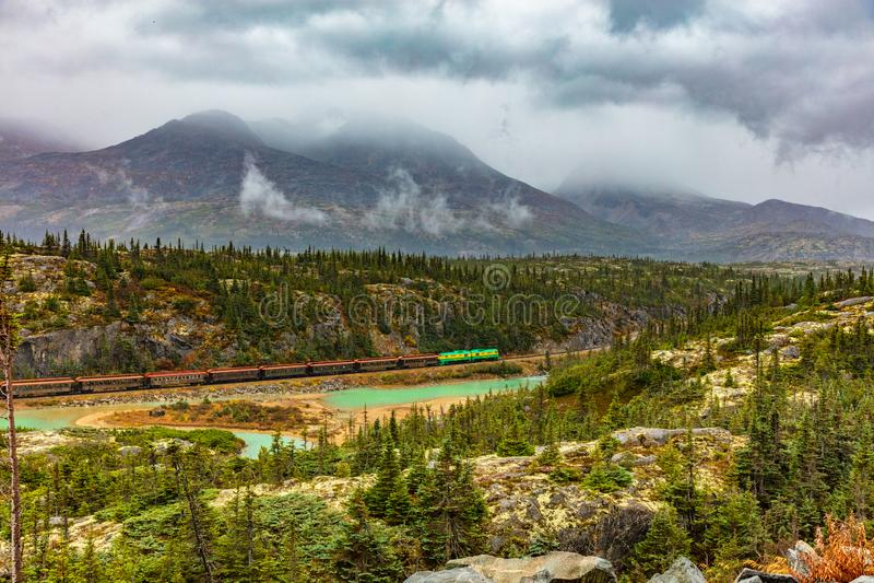 阿拉斯加巡航游览在史凯威-白色通行证和育空铁路火车-风景推进自然风景 免版税库存图片
