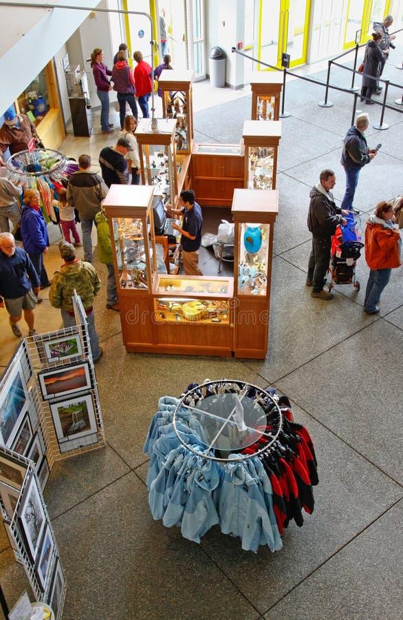 阿拉斯加海洋生活中心大厅和礼品店 库存照片