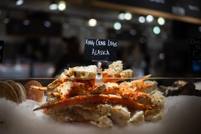 阿拉斯加的巨蟹腿卖了在切尔西市场,纽约上 免版税库存照片