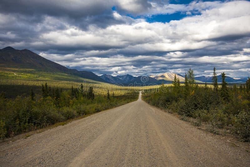 阿拉斯加的路 在美好的天气的Denali高速公路 免版税图库摄影