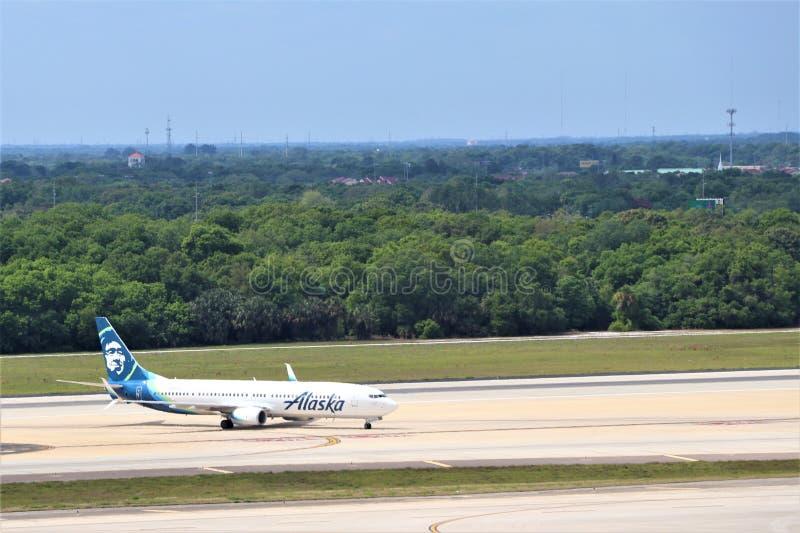 阿拉斯加航空公司着陆和出租汽车对tarmat 图库摄影