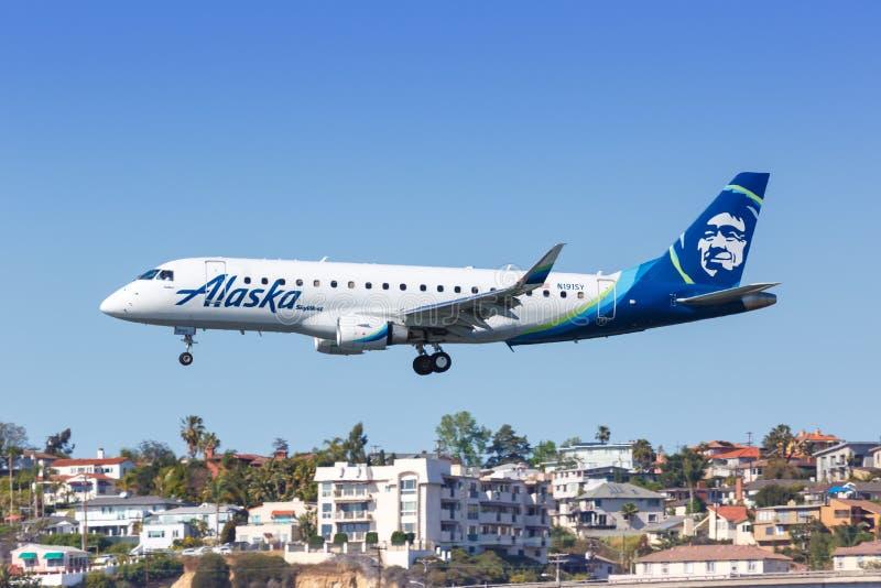 阿拉斯加航空公司Skywest Embraer ERJ 175飞机圣地亚哥机场 免版税库存图片