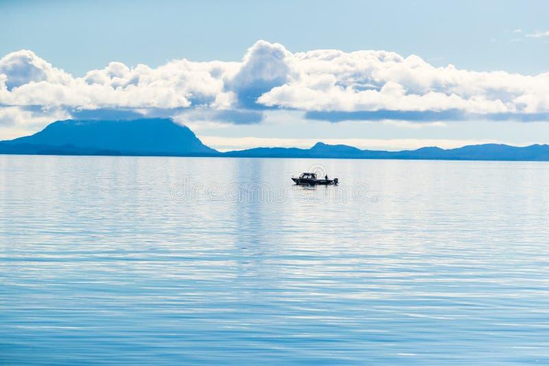 阿拉斯加风景平静的场面早晨-在北极海的渔夫小船在Ketchikan,美国移动 免版税库存照片