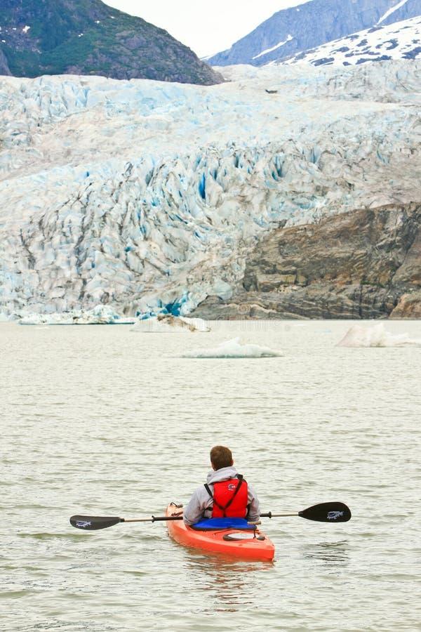 阿拉斯加-划皮船的Mendenhall Glacier湖 库存照片