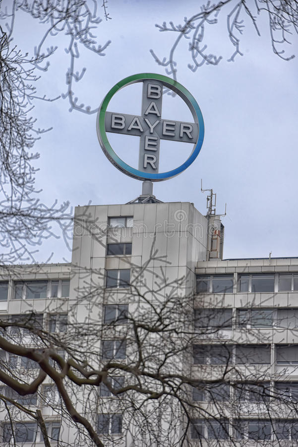 1863年阿斯匹灵男服务员贝尔品牌化工公司建立的德国总部了设其已知的莱沃库森徽标北部原始配药莱茵河被射击的好的西华里亚 免版税库存图片