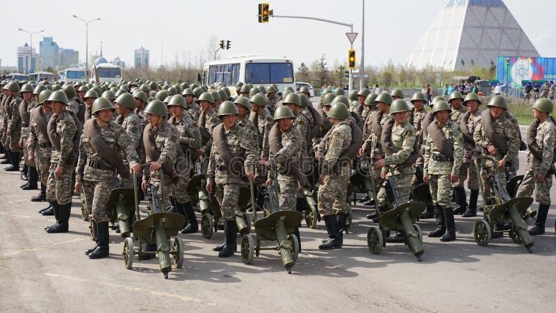 阿斯塔纳,哈萨克斯坦,- 2015年5月,2日 哈萨克斯坦军队的战士以与机枪的历史形式 开放排练  库存图片