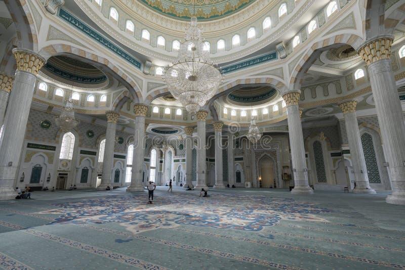 阿斯塔纳,哈萨克斯坦, 2018年8月3日:新的Hazrat苏丹清真寺的内部看法 库存图片