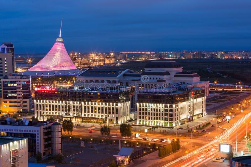 阿斯塔纳,哈萨克斯坦- 2015年8月25日:在市中心的高的看法与可汗Shatyr -购物和娱乐 库存照片
