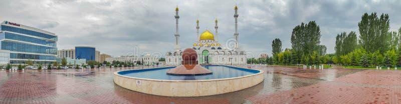 阿斯塔纳,哈萨克斯坦- 2016年6月28日:在清真寺Nur阿斯塔纳附近的水池 免版税库存照片