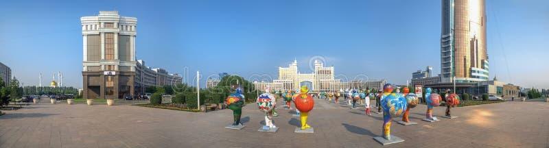 阿斯塔纳,哈萨克斯坦- 2016年7月2日:有塑料图的早晨全景 库存照片