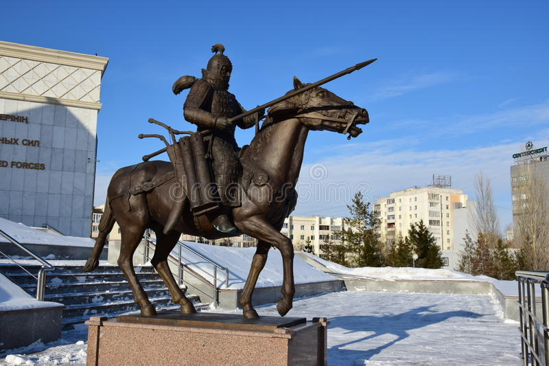 阿斯塔纳/哈萨克斯坦-以一个历史哈萨克人战士为特色的纪念碑 库存照片