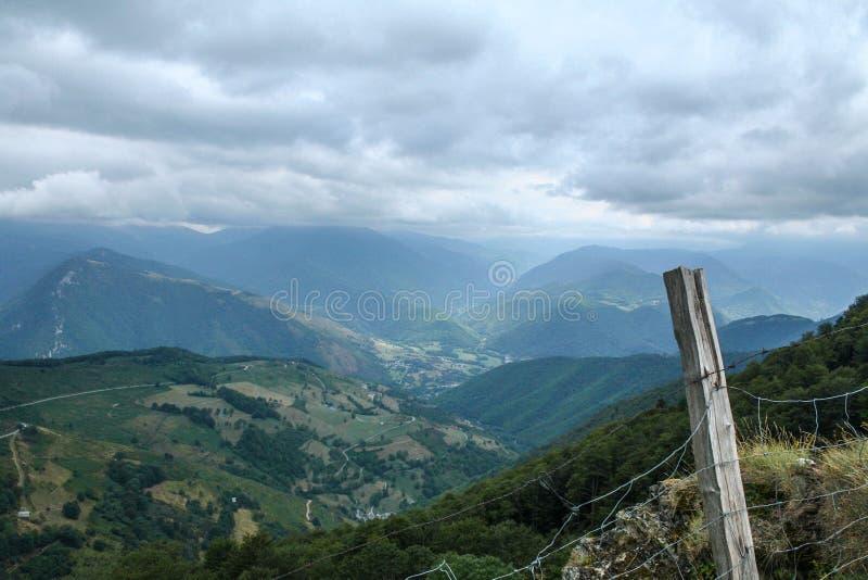 从阿斯平通行证的阿杜尔河谷在法国Pyrennees 库存照片