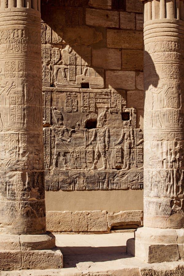 阿斯旺菲莱寺庙专栏雕刻与象形文字在埃及Afrtica 免版税库存图片
