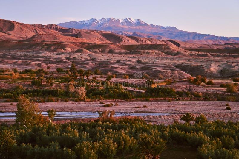 阿斯福Ounila河和积雪的阿特拉斯山脉看法有沙漠的在背景中 库存图片