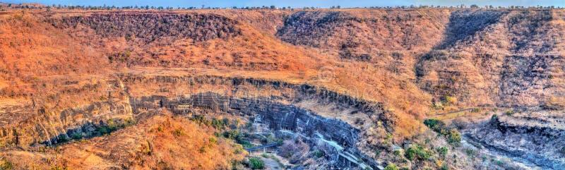 阿旖陀石窟的全景 联合国科教文组织世界遗产在马哈拉施特拉,印度 免版税库存图片