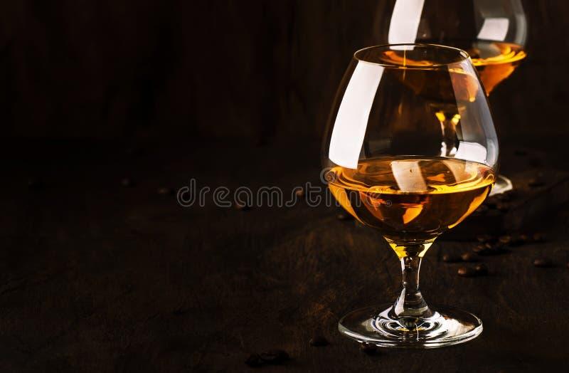阿曼那白兰地,法国葡萄白兰地酒,强的酒精饮料 在葡萄酒样式,选择聚焦的静物画 免版税图库摄影