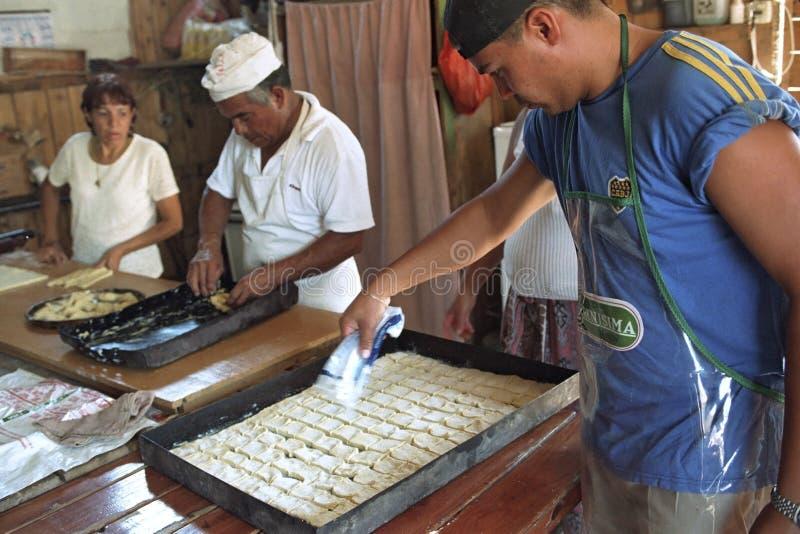 阿根廷面包师在面包店烘烤面包和酥皮点心 免版税图库摄影
