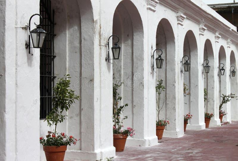 阿根廷,布宜诺斯艾利斯 白色弧节奏与花和街灯,水平的看法的 免版税图库摄影