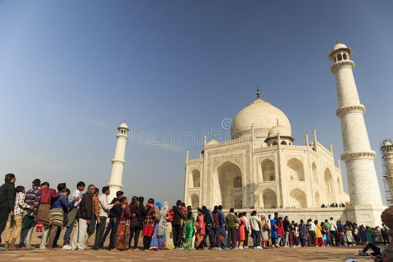 阿格拉,印度- 2012年3月, 25 -停留在泰姬陵坟茔前面的队列的一个小组未认出的印地安人民 免版税库存图片