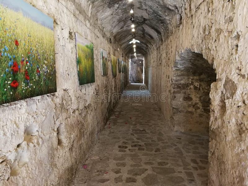 阿格罗波利- Aragonese城堡的走廊 免版税库存图片