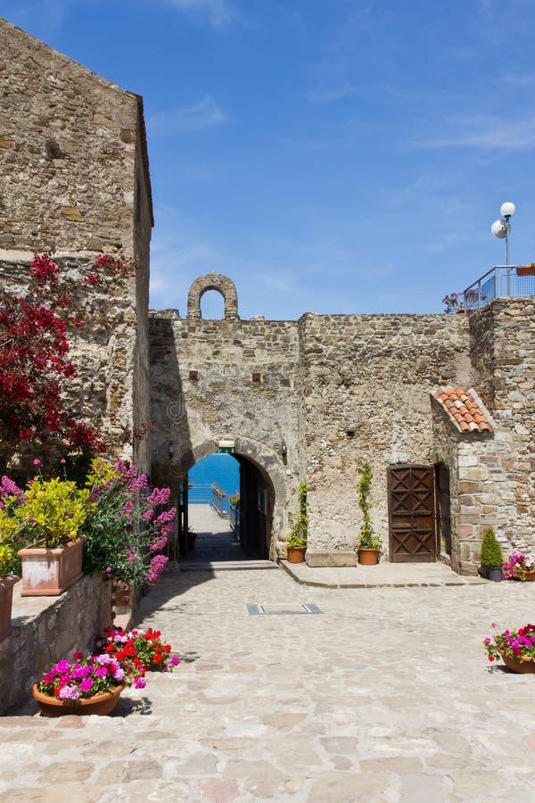阿格罗波利Aragonese城堡 免版税库存照片