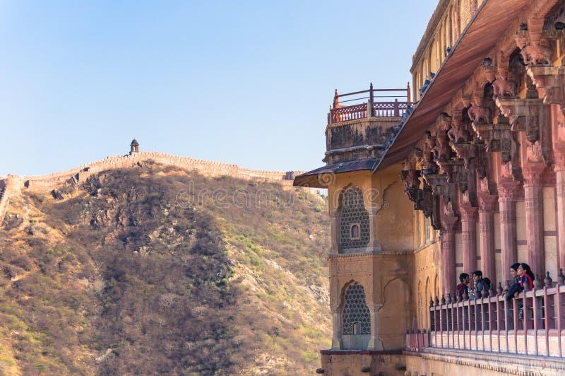 阿梅尔,印度- 2014年2月08日-阿梅尔堡垒的访客在斋浦尔附近,与老设防墙壁的观看的美好的风景 图库摄影