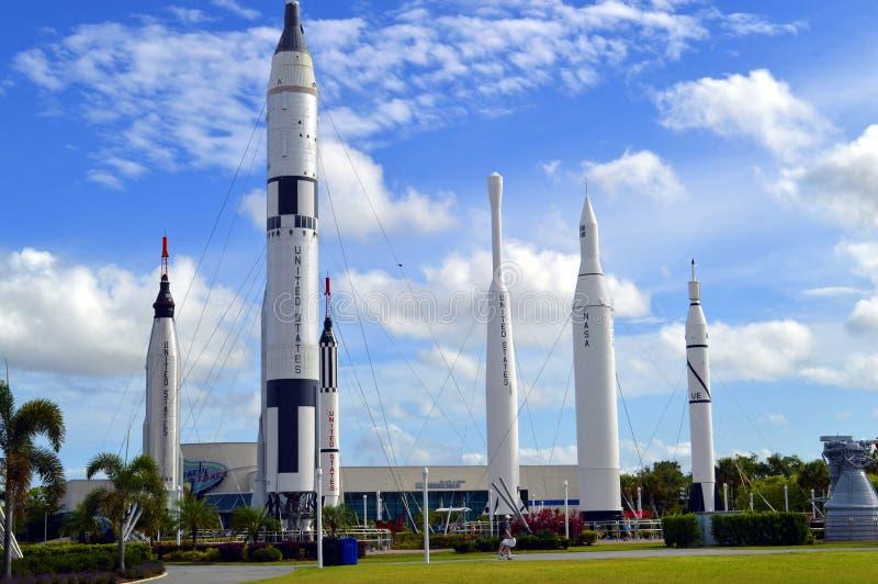阿波罗在displayin迅速上升火箭庭院在肯尼迪航天中心 免版税库存照片