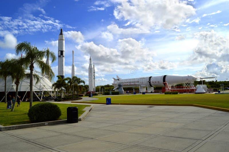 阿波罗在displayin迅速上升火箭庭院在肯尼迪航天中心 库存图片