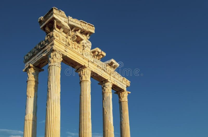 阿波罗教堂的废墟在边古城在反对天空蔚蓝的土耳其 图库摄影
