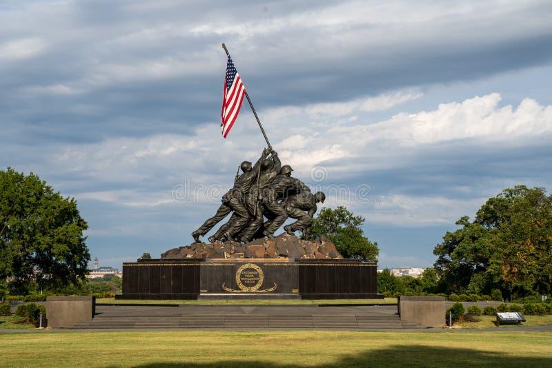 阿灵顿,弗吉尼亚- 2019年8月7日:美国海军陆战队描述旗子的战争纪念建筑种植在WWII世界的硫磺岛 免版税库存照片