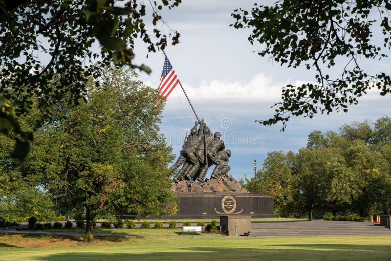 阿灵顿,弗吉尼亚- 2019年8月7日:美国海军陆战队描述旗子的战争纪念建筑种植在WWII世界的硫磺岛 库存照片