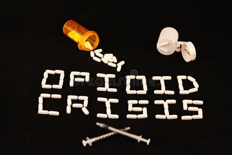 阿片样物质危机清楚地说明了与在黑背景的白色药片与溢出的处方药片和药片切削刀 免版税图库摄影