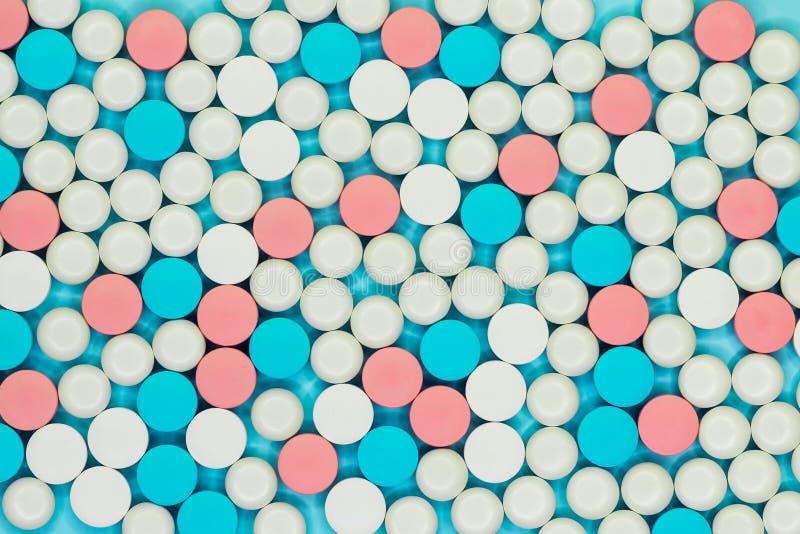 阿片样物质止痛药危机和吸毒概念 多彩多姿的药片不同形式  配药药剂背景 免版税库存图片