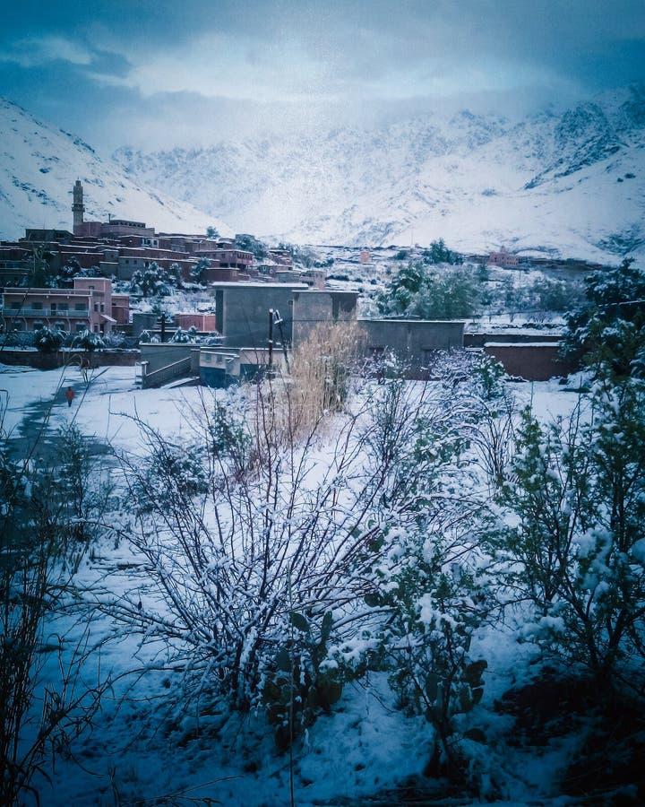阿特拉斯山脉的村庄的辉煌在冬天 库存照片