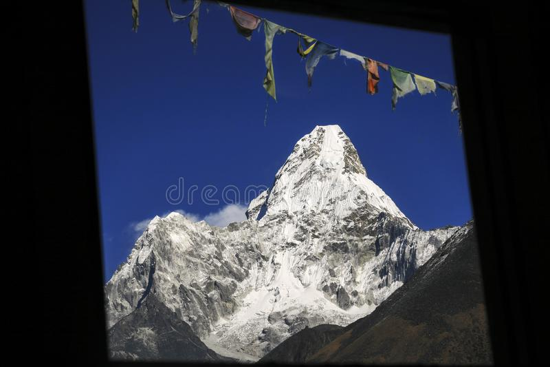 阿玛达布拉姆峰山峰祷告旗子汤坡崎村庄尼泊尔喜马拉雅山 库存照片